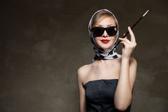 Het jonge modieuze vrouw stellen, het retro stileren Royalty-vrije Stock Fotografie