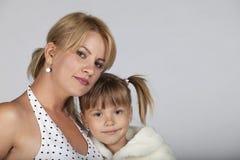 Het jonge moeder en dochter glimlachen Stock Afbeeldingen