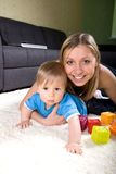 Het jonge moeder spelen met babyjongen Royalty-vrije Stock Fotografie
