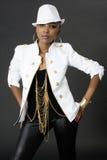 Het jonge Mooie Afrikaanse Vrouw Stellen, die een Hoed dragen stock afbeeldingen