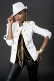 Het jonge Mooie Afrikaanse Vrouw Stellen, die een Hoed dragen stock afbeelding