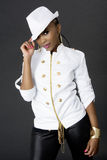 Het jonge Mooie Afrikaanse Vrouw Stellen, die een Hoed dragen Royalty-vrije Stock Foto