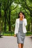 Het jonge Mooie Amerikaanse Bedrijfsvrouw reizen, die in Ne werken royalty-vrije stock afbeelding
