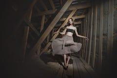 Het jonge mooie Aziatische meisje van het mannequinmeisje op de zolder stock afbeelding