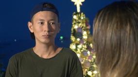 Het jonge mooie Aziatische paar, de kerel en het meisje spreken met elkaar, die zich op de straat van de stad bevinden stock foto's