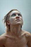 Het jonge mooie bevroren portret van de vrouwenstudio Stock Afbeeldingen