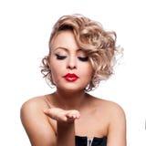 Het jonge mooie blonde Vrouwelijke blazen gekust aan haar valentijnskaart Royalty-vrije Stock Foto's