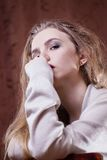 Het jonge mooie blondemeisje is droevig Royalty-vrije Stock Afbeeldingen