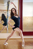 Het jonge mooie danser stellen in geschiktheidscentrum op een studio mirr Stock Fotografie