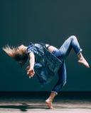 Het jonge mooie danser stellen in studio Stock Afbeeldingen
