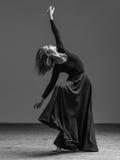 Het jonge mooie danser stellen in studio stock foto's