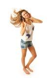 Het jonge mooie geïsoleerdee meisje met hoofdtelefoons Stock Fotografie