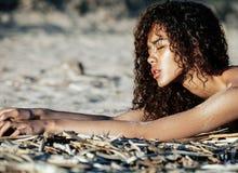 Het jonge mooie krullende kapsel van het meisjes Aziatische gezicht bij strand Stock Afbeeldingen