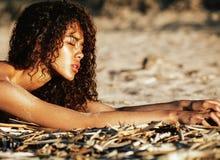 Het jonge mooie krullende kapsel van het meisjes Aziatische gezicht bij strand Stock Fotografie