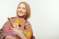 Het jonge mooie kunstenaar stellen met een palet stock foto