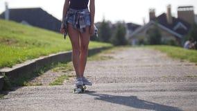 Het jonge mooie meisje berijdt op de weg voorbij de mooie huizen in de Europese stijl stock videobeelden