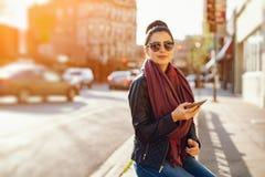 Het jonge mooie meisje gebruikt de telefoon royalty-vrije stock foto