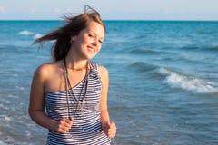 Het jonge mooie meisje glimlachen stock afbeeldingen