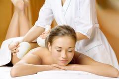 Het jonge mooie meisje heeft een massagezitting Royalty-vrije Stock Foto's