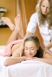 Het jonge mooie meisje heeft een massagezitting Royalty-vrije Stock Afbeeldingen