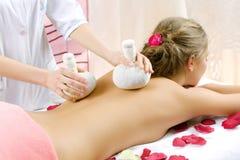 Het jonge mooie meisje heeft een massagezitting Stock Foto