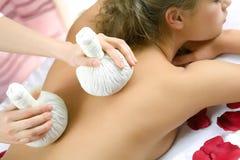 Het jonge mooie meisje heeft een massagezitting Stock Afbeelding