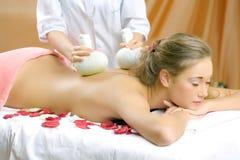 Het jonge mooie meisje heeft een massagezitting Stock Foto's