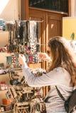 Het jonge mooie meisje kiest traditionele juwelen bij de Turkse bazaar in de oude stad in Antalya - Antalya, Turkije, 04 23 2019 royalty-vrije stock foto