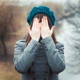 Het jonge mooie meisje met overhandigt ogen Stock Foto's