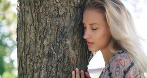 Het jonge mooie meisje ontspannen in een stadspark Royalty-vrije Stock Afbeeldingen