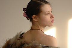 Het jonge mooie meisje toont de fotograaf Stock Foto's