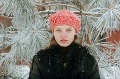 Het jonge mooie meisje toont het fotograafdeel van haar jong lichaam E Stock Fotografie