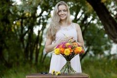 Het jonge mooie meisje van The van de vrouwenbloemist in Stock Afbeelding