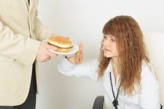 Het jonge mooie meisje weigert schadelijk voedsel stock afbeelding