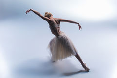 Het jonge mooie moderne stijldanser stellen op een studioachtergrond Royalty-vrije Stock Foto's