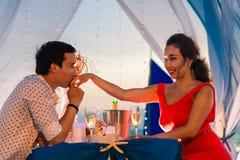 Het jonge mooie paar heeft een romantisch diner bij zonsondergang Royalty-vrije Stock Fotografie