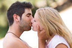 Het jonge mooie paar kussen Royalty-vrije Stock Afbeeldingen