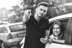 Het jonge mooie paar spreekt en openlucht flirt Stock Afbeelding