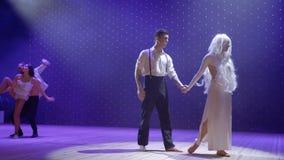 Het jonge mooie paar zingt droevig lied over hun hard leven withouth elkaar stock video