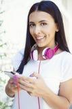 Het jonge mooie portret van de vrouwenzomer met mobiele telefoon Royalty-vrije Stock Fotografie