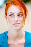 Het jonge mooie roodharige freckled vrouw denken Royalty-vrije Stock Fotografie