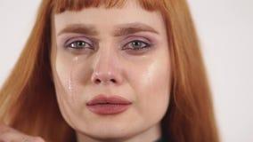 Het jonge mooie schreeuwende wijfje verwijdert scheuren uit haar gezicht en het tonen van verstoorde pijn, sedness, stock footage