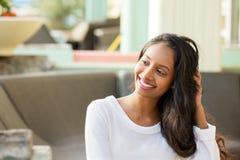 Het jonge mooie Spaanse vrouw glimlachen Stock Foto