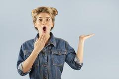 Het jonge mooie sterk emotionele meisje toont verschillende gebaren op een geïsoleerde blauwe achtergrond Concept Menselijke Emot stock foto's