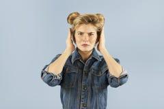 Het jonge mooie sterk emotionele meisje toont verschillende gebaren op een geïsoleerde blauwe achtergrond Concept Menselijke Emot stock fotografie