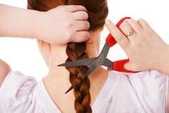 Het jonge mooie volwassen meisje snijdt rood lang haar Stock Foto