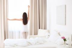Het jonge mooie vrouw awaking stock afbeelding