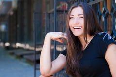 Het jonge mooie vrouw blij lachen in openlucht Stock Foto's