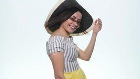 Het jonge mooie vrouw donkerbruine stellen in studio op witte achtergrond stock videobeelden