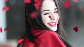 Het jonge mooie vrouw hapyy dansen met rode harten die neer op valentijnskaartendag vallen stock videobeelden
